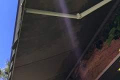 Store traditionnel barre alu vu de dessous
